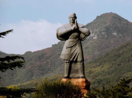 Monje guerrero, saluda a la entrada de Shaolin.