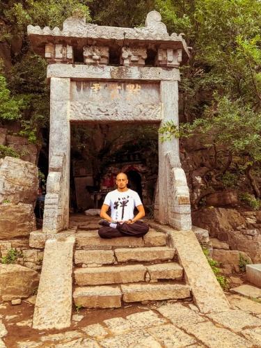 Meditando en la entrada de al cueva de Damo